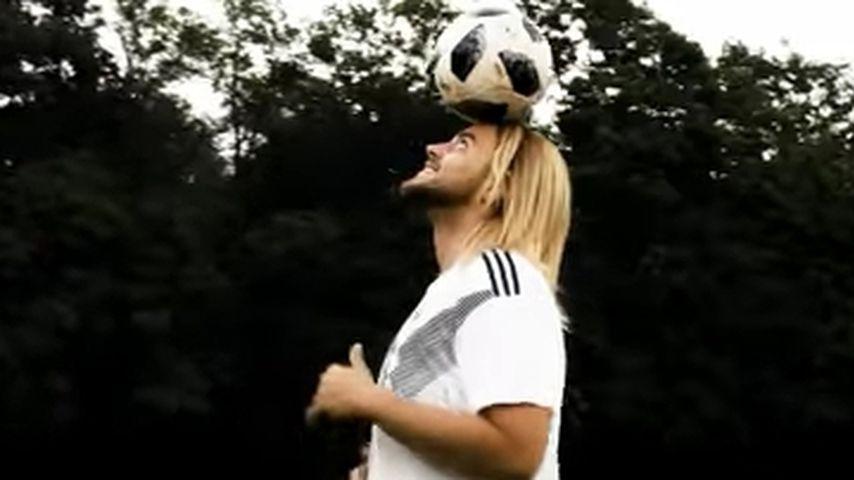 """Christos Christodoulou in seinem Musikvideo zu """"Noch ein Tor"""""""