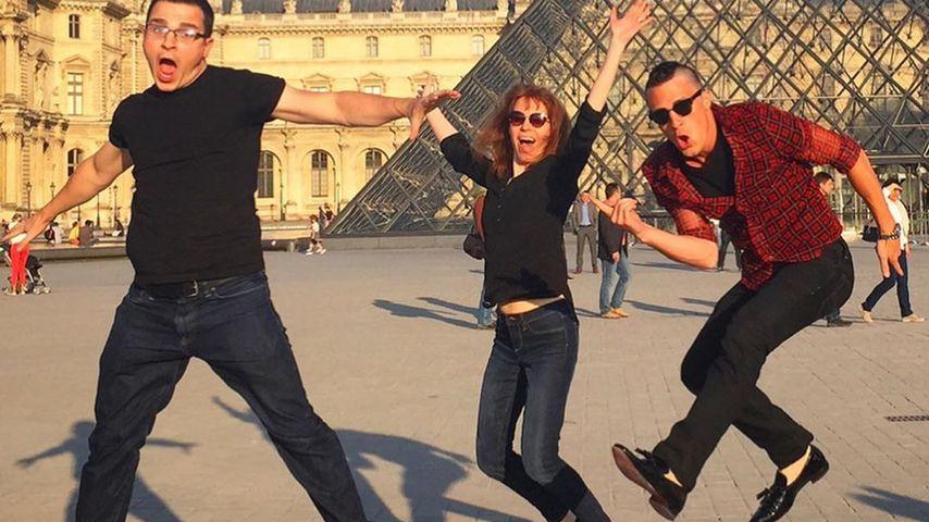 Colton Haynes und seine Schwester Julie vor dem Louvre in Paris