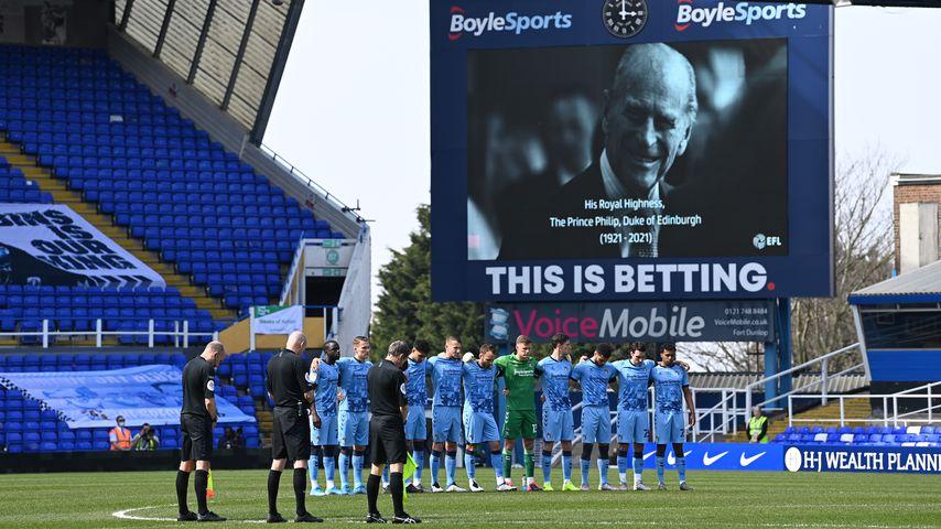 F.C. Coventry City bei der Schweigeminute für Prinz Philip