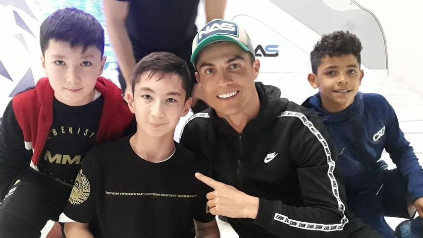 Hier spielt Cristiano Ronaldo Fußball mit Jungen ohne Beine
