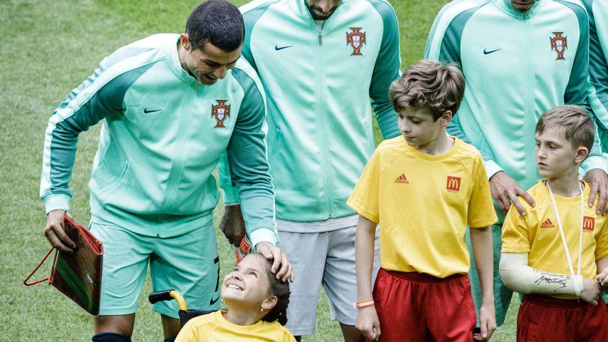 Cristiano Ronaldo mit Einlaufkind beim Confed Cup
