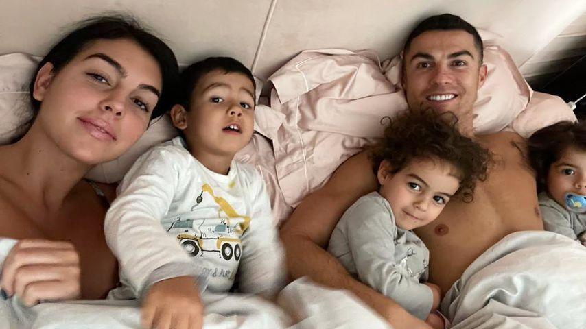 Cristiano Ronaldo mit seiner Partnerin Georgina Rodríguez und seinen Kindern