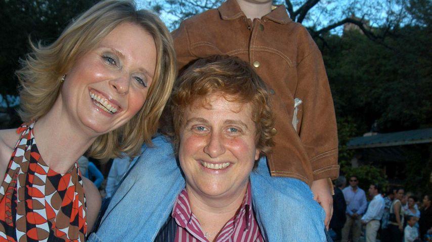 Cynthia Nixon mit ihren Kindern Charles und Samantha und Frau Christine im Jahr 2006