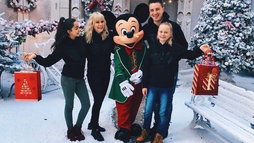 Dagi Bee und Eugen Kazakov mit ihren Schwestern im Disneyland