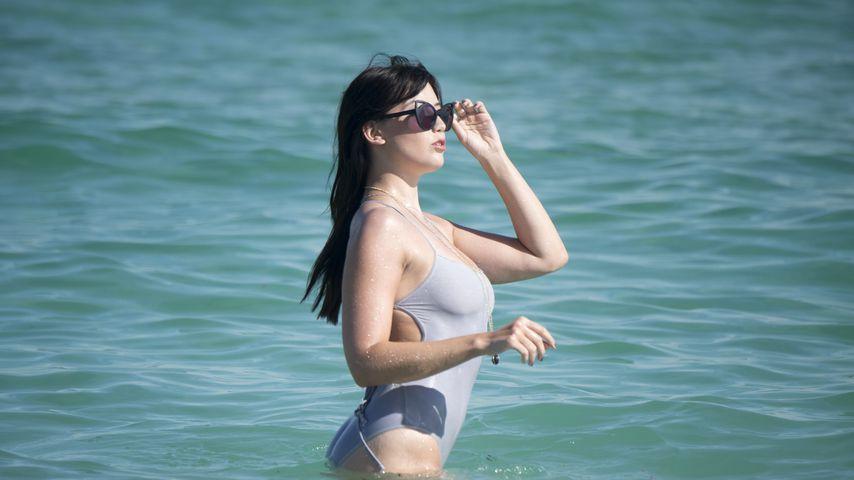 Daisy Lowe am Strand von Miami