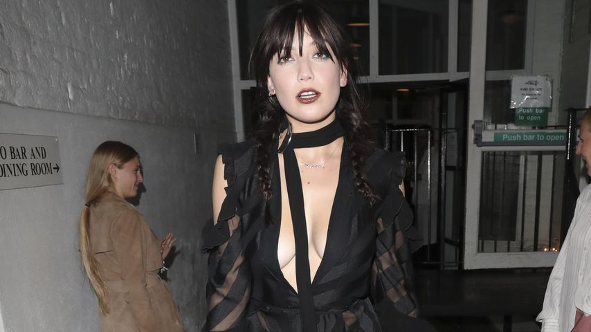 Halbnackt! Daisy Lowe mit sexy Outfit bei Fashion Week