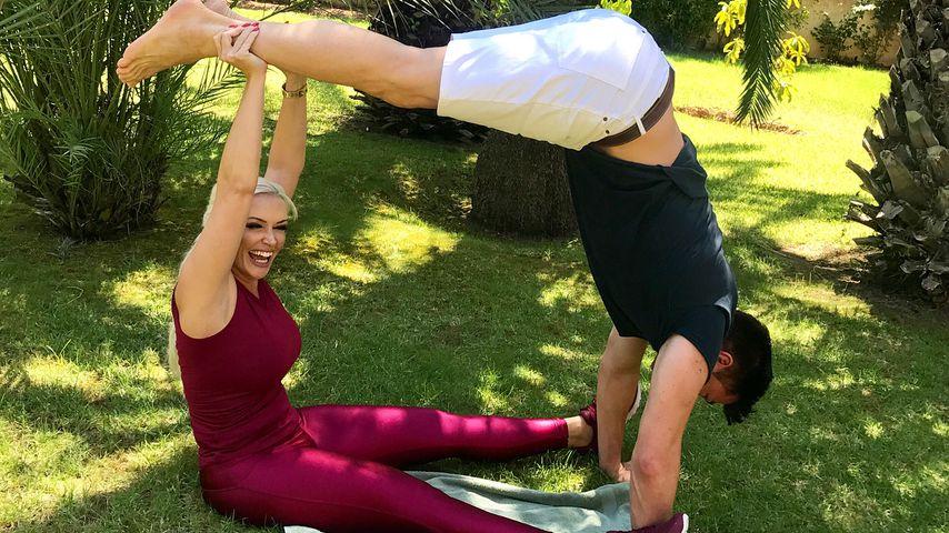 Partner-Yoga: Jetzt macht es die Katze mit ihrem Lucas