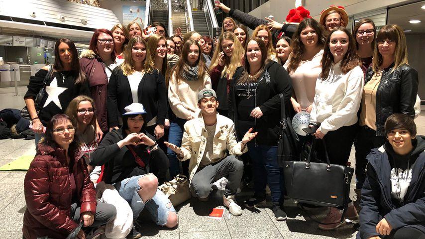 Daniele Negroni mit seinen Fans am Frankfurter Flughafen