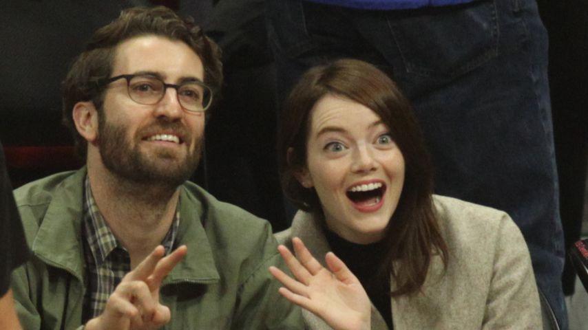 Dave McCary und Emma Stone bei einem Basketballspiel
