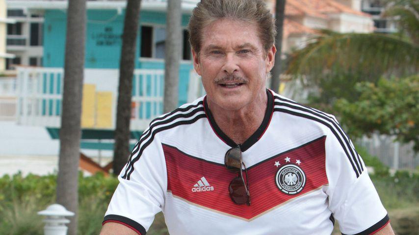 Was für ein Typ! David Hasselhoff radelt im DFB-Trikot