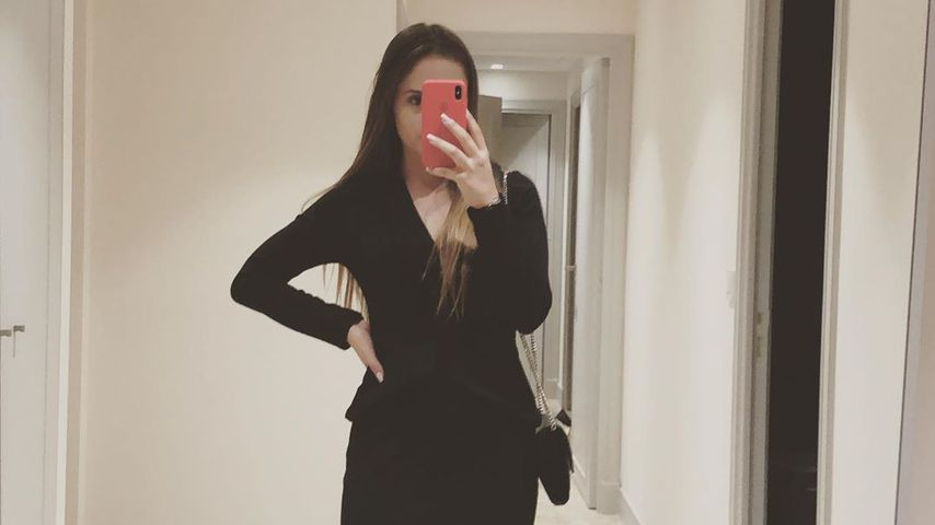 Davina Geiss mit Handy in der Hand