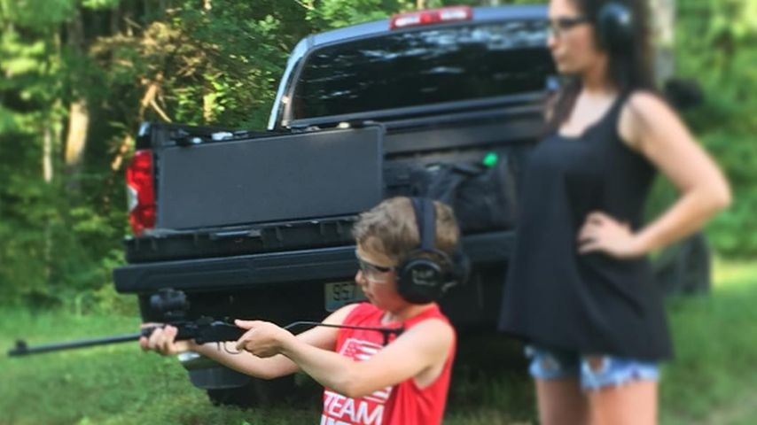 Kopfschüttel-Pic: Bristol Palin gibt Sohn (7) Schusstraining