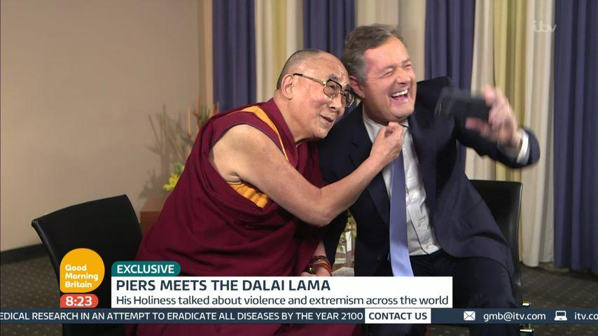 Der Dalai Lama macht ein Selfie mit Piers Morgan