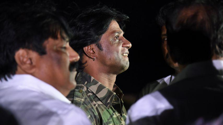 Duniya Vija, indischer Schauspieler, mit Rettungskräften im Thippagondanahalli Reservoir