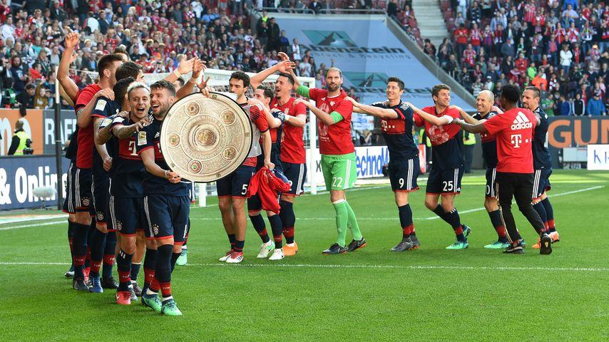 Die Spieler des FC Bayern München feiern nach dem Spiel gegen Augsburg die Meisterschaft