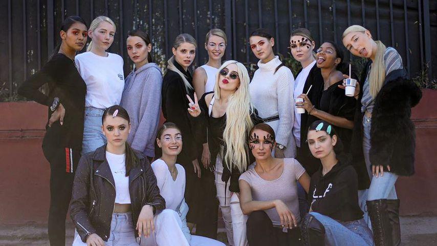 Die GNTM-Girls der 15. Staffel mit Sängerin Ava Max