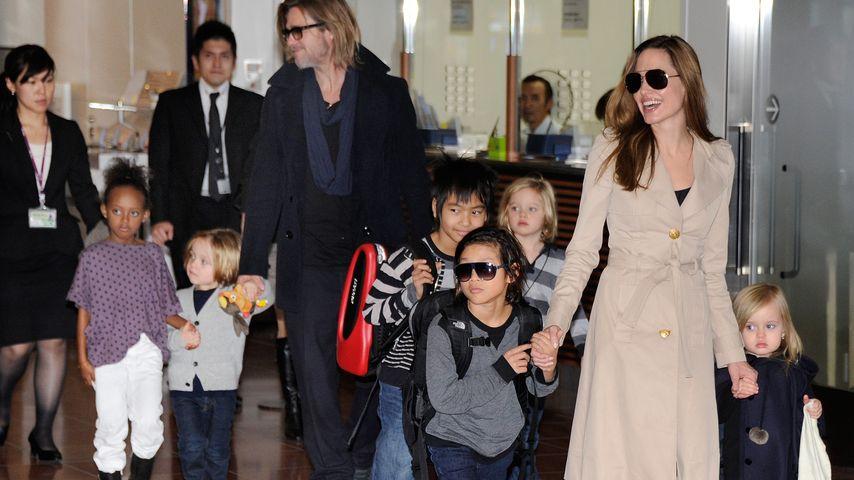 Angelina Jolie, Brad Pitt und ihre sechs Kinder am Flughafen in Tokio, 2011