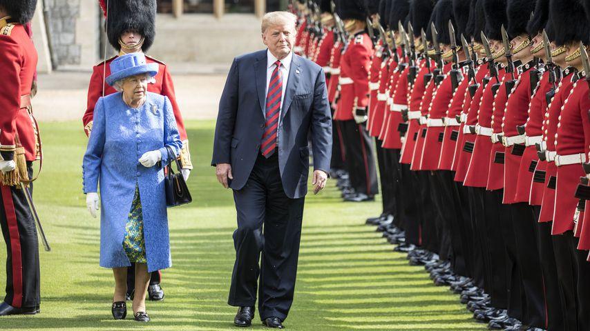 Die Queen und Donald Trump neben den Wachen des Windsor Castles