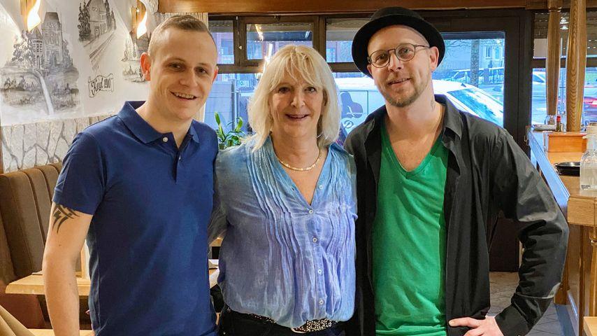 """Die """"Schwiegertochter gesucht""""-Kandidaten Ben und Mike zusammen mit ihrer Mutter Mireille"""