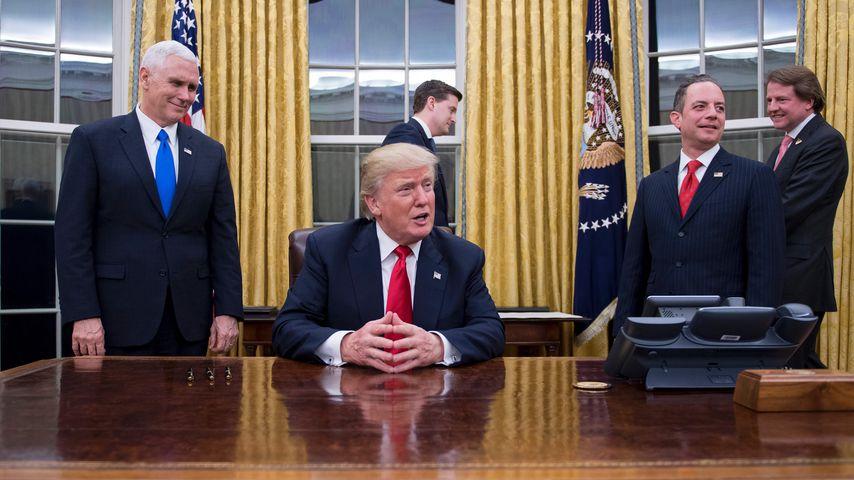 US-Präsident Donald Trump mit Mitarbeitern im Weißen Haus