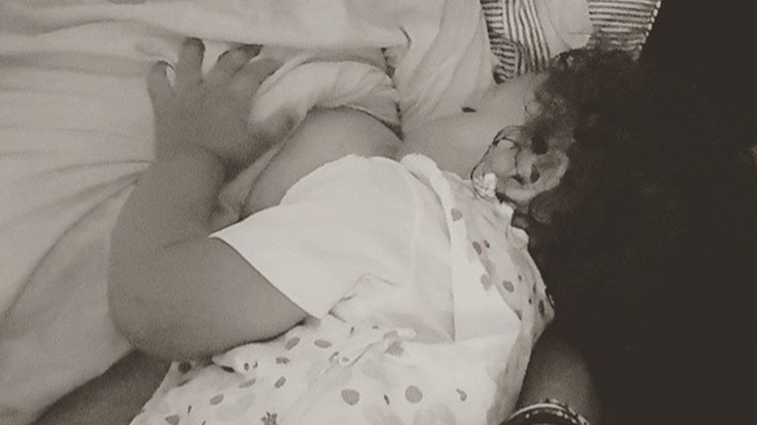 Mütterliches Selfie: Doutzen Kroes stillt ihre Tochter