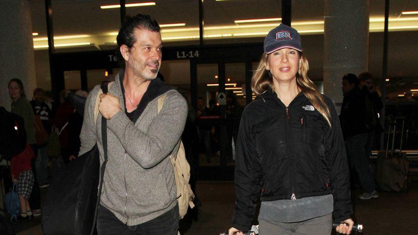 Süße Küsse: Renée Zellweger & ihr Doyle turteln am Flughafen
