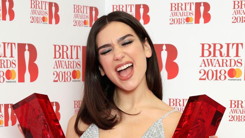 Dua Lipa mit ihren beiden BRIT Awards aus dem Jahr 2018