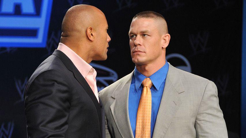 """Dwayne """"The Rock"""" Johnson und John Cena 2011 bei einer Pressekonferenz"""
