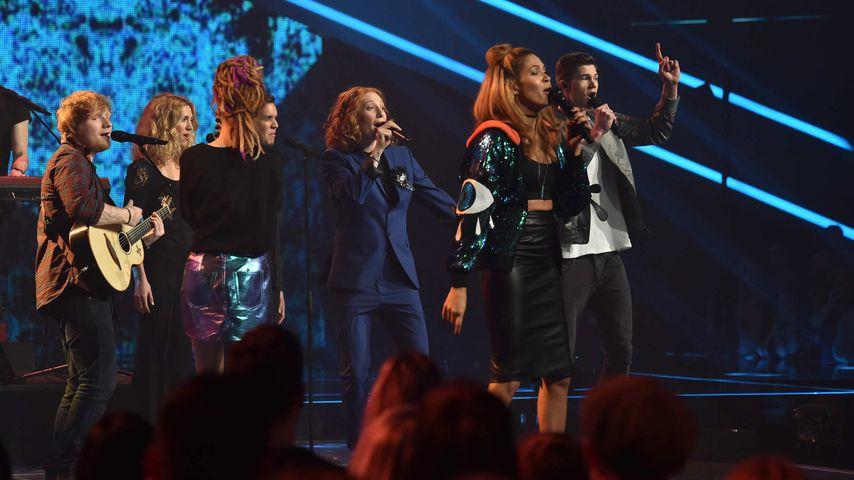 """Ed Sheeran (l.) mit den Finalisten von """"The Voice of Germany"""""""