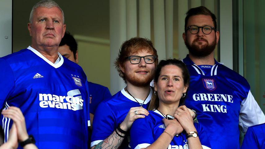Ed Sheeran mit seiner Frau Cherry Seaborn bei einem Spiel von Ipswich Town