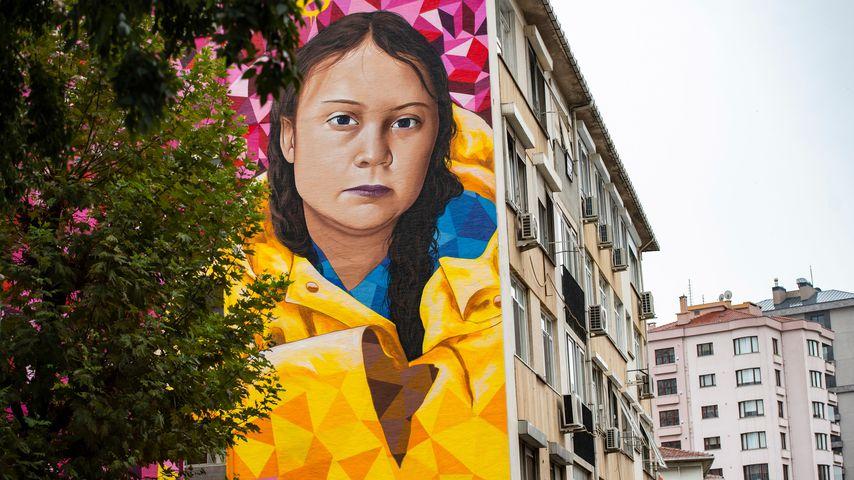 Ein buntes Porträt von Gerta Thunberg an einer Hausfassade in Instanbul