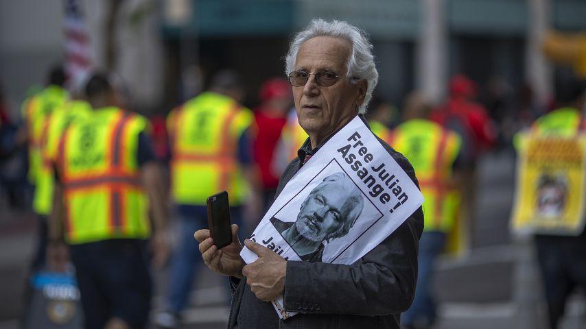 Ein Mann demonstriert für die Freilassung von Julian Assange, Mai 2019