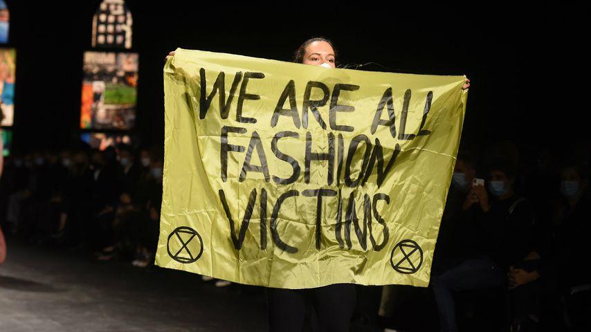 Eine Umweltaktivistin auf der Fashion Week in Paris