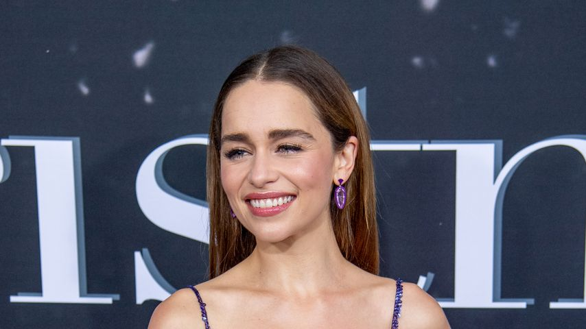 """Endlich: Emilia Clarke löst """"Game of Thrones""""-Becherrätsel"""