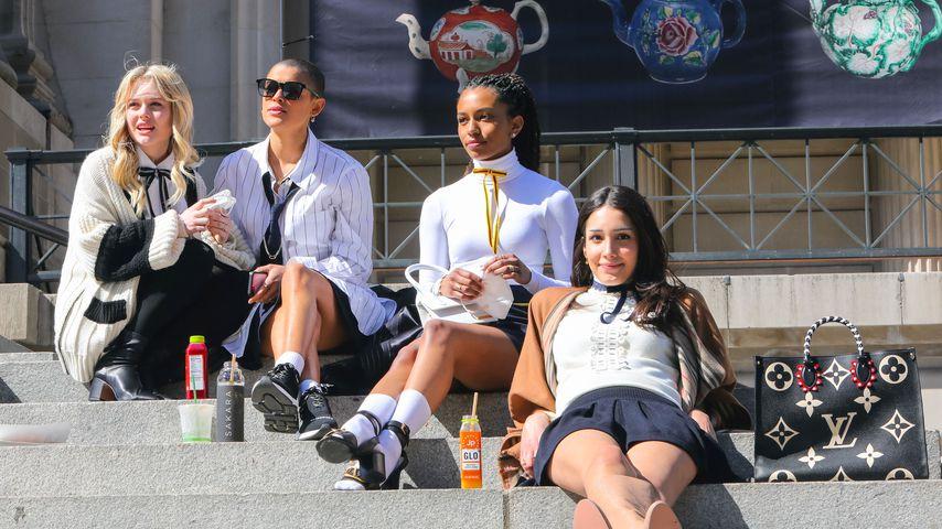"Emily Alyn Lind, Jordan Alexander, Savannah Smith, Zion Moreno am ""Gossip Girl""-Set"
