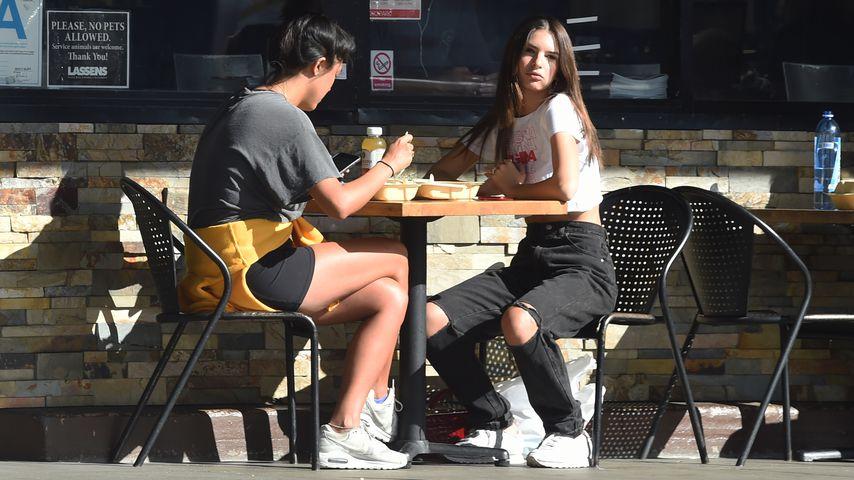 Emily Ratajkowski und eine Freundin in Los Angeles