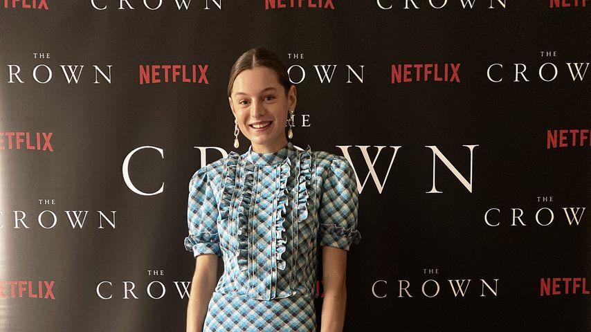 """Emma Corrin zu Hause bei der """"The Crown""""-Premiere"""