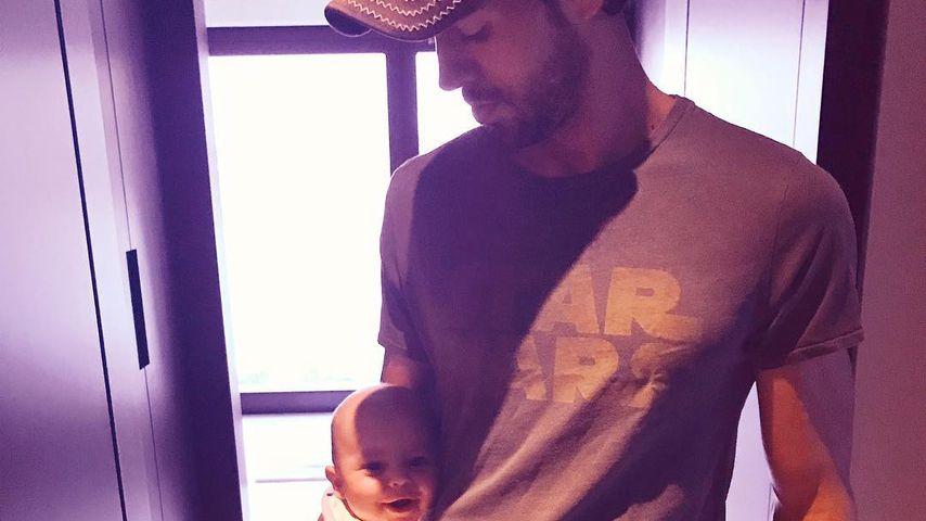 Lässig abhängen: Enrique Iglesias vernarrt in sein Baby