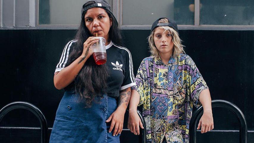 Ezrah mit Tattoo-Künstlerin Ali Garcia