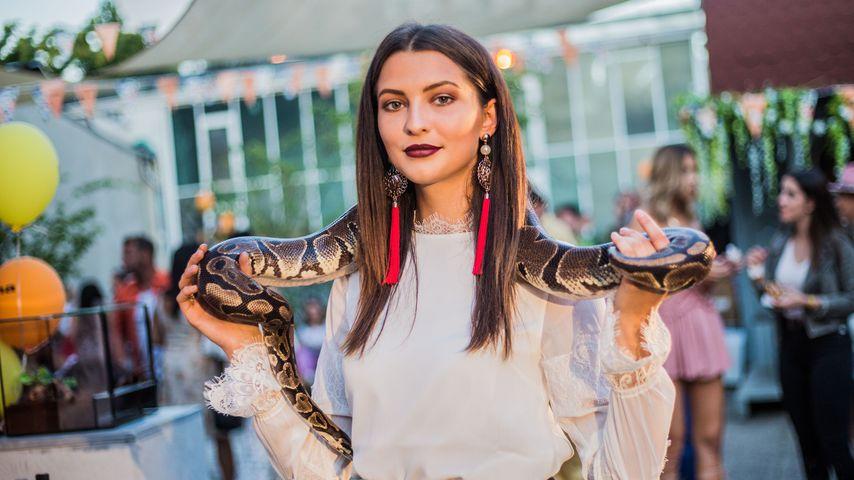 Mit Schlange zur Fashion Week: Ex-GNTM-Fata ist Blickfang