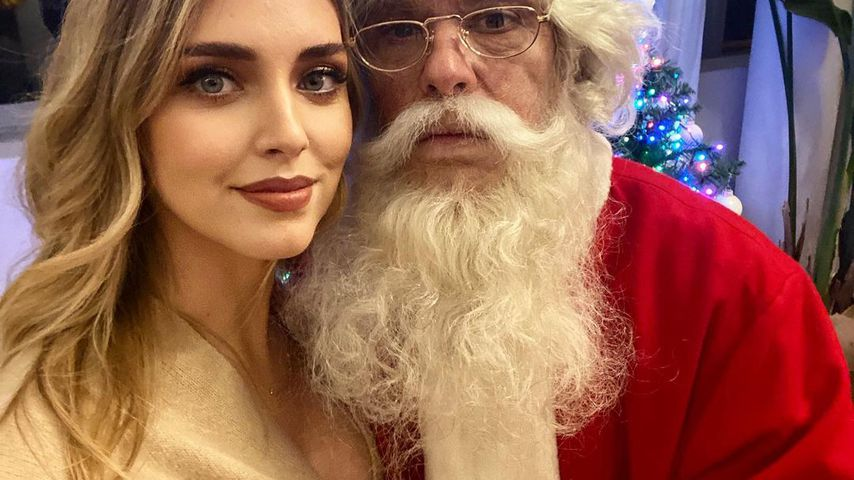 Hier fasst der Weihnachtsmann Chiara Ferragni an die Brust!