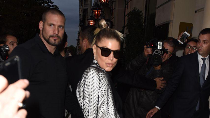 Fergie und Bodyguard Pascal Duvier auf der Paris Fashion Week