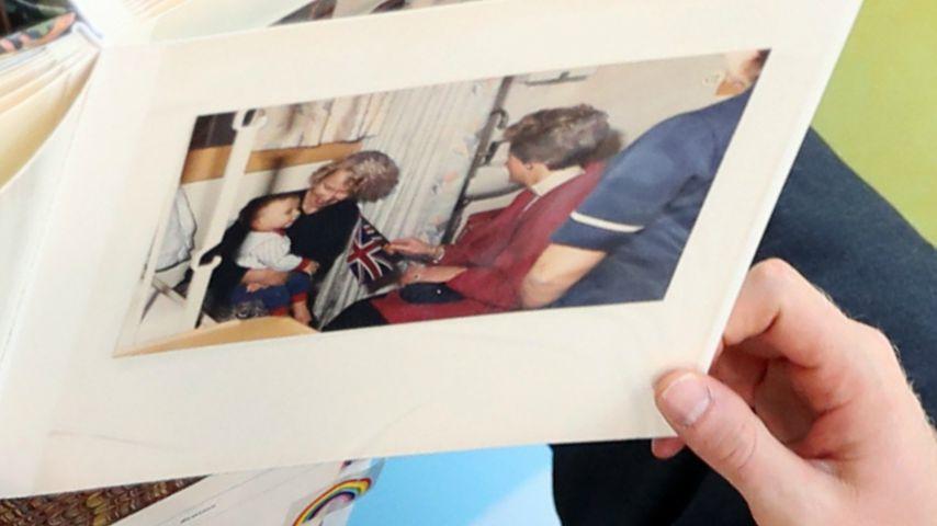 Foto von Prinzessin Diana im Kinderkrankenhaus von Sheffield (1989)