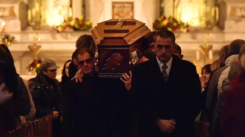 Freunde von Dolores O'Riordan tragen ihren Sarg aus der St. Joseph's Kirche in Limerick, Irland