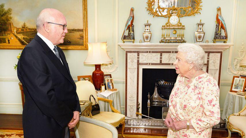 George Brandis und Queen Elizabeth II. im Buckingham Palast