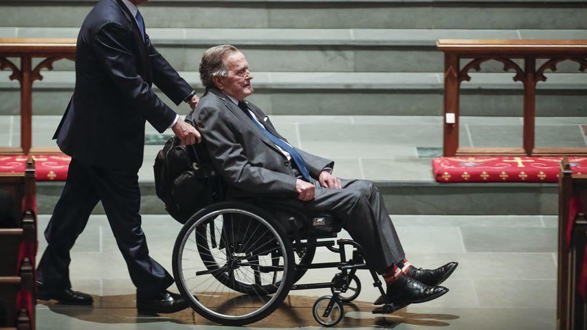 George H. W. Bush bei der Beerdigung von Barbara Bush