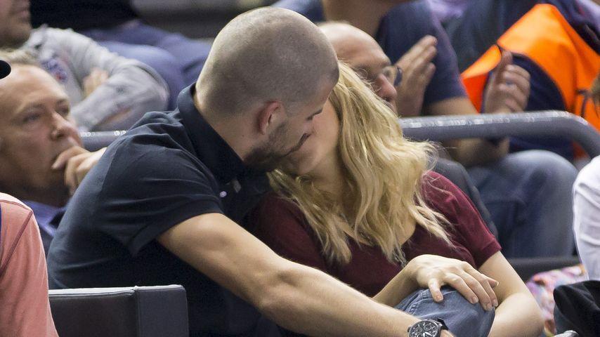 Huch, Shakira! Welcher Glatz-Kopf küsst dich da?