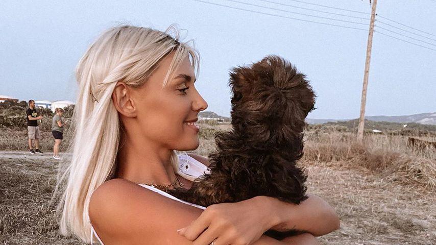 Gerda Lewis mit ihrem Hund, August 2020