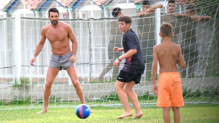 Super cool, Gigi Buffon! Barfuß-Kick mit Dorfkids im Urlaub