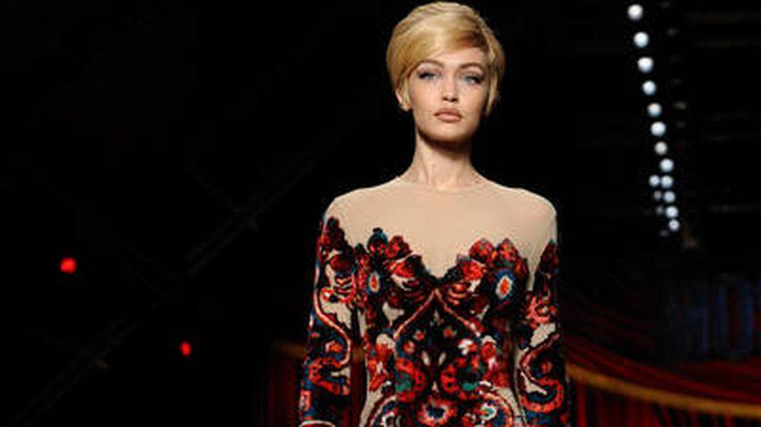 Gigi Hadid bei einer Modenschau von Moschino